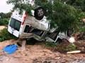 Xe khách lật ngửa sau cú đâm liên hoàn, hành khách cố thoát ra ngoài kêu cứu