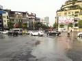 Nước sạch chảy tràn tại ngã 5 Nguyễn Lương Bằng, mặt đường trơn trượt gây nguy hiểm cho các phương tiện