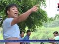 """Bất lực"""" trước tình trạng xe quá tải phá đê ở Hà Nội"""