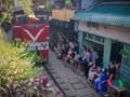 Tàu qua phố cà phê Phùng Hưng phải dừng khẩn cấp vì dân chạy không kịp