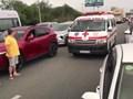 Clip: Hàng trăm ô tô dẹp sang 2 bên đường, nhường cho xe cứu thương 'gây sốt mạng'