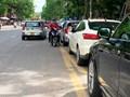 """Xe ô tô """"bủa vây"""" cổng Bệnh viện Đại học Y"""