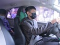Tài xế khử khuẩn xe, cho hành khách dùng nước rửa tay khô, đeo khẩu trang phòng dịch nCoV