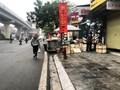 Đường Nguyễn Trãi: Hàng quán đẩy người đi bộ xuống lòng đường