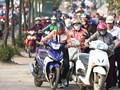 Cần xử lý hành vi đi xe máy trên vỉa hè
