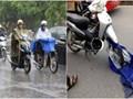 Mặc áo mưa trên cầu vượt: Nguy cơ tai nạn