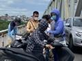 Cảnh sát giao thông cứu nam thanh niên nhảy cầu Chương Dương tự tử