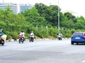 Đi ngược chiều thành đoàn trên đường gom Đại lộ Thăng Long