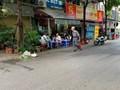Phố Nguyễn Văn Tuyết: Tràn lan vi phạm trật tự đô thị đẩy người đi bộ xuống lòng đường