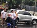 Nam sinh cởi áo, che mưa cho người bị tai nạn giao thông giữa đường