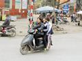 [Thói hư - tật xấu trong văn hóa giao thông Hà Nội] Bài 3: Nỗi lo người lớn làm hư trẻ nhỏ