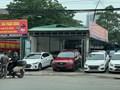 Chợ xe ô tô cũ độc chiếm vỉa hè đường Phạm Hùng