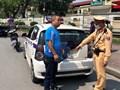 Xử lý nghiêm taxi che biển, dừng đỗ bát nháo trước cổng bệnh viện Bạch Mai