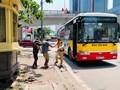 Hành động đẹp của chiến sĩ cảnh sát giao thông giữa trưa nắng nóng