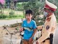 CSGT giúp đỡ cháu bé bị lạc đường tại Đại lộ Thăng Long