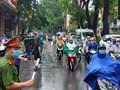 Hà Nội: Cảnh sát đội mưa phân luồng cho sỹ tử vào trường thi