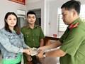 Chiến sĩ công an trao trả gần 10 triệu đồng cho cô gái đánh rơi trên đường