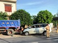Quảng Trị: Xe ô tô đâm xe ben đỗ bên đường, 4 người nhập viện cấp cứu