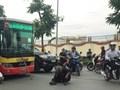 Va quệt, lái xe ba gác vác gậy chặn đầu xe buýt