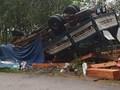 Xe tải mất phanh lật trên đèo Vi Ô Lắc, 2 vợ chồng chết thảm trong cabin