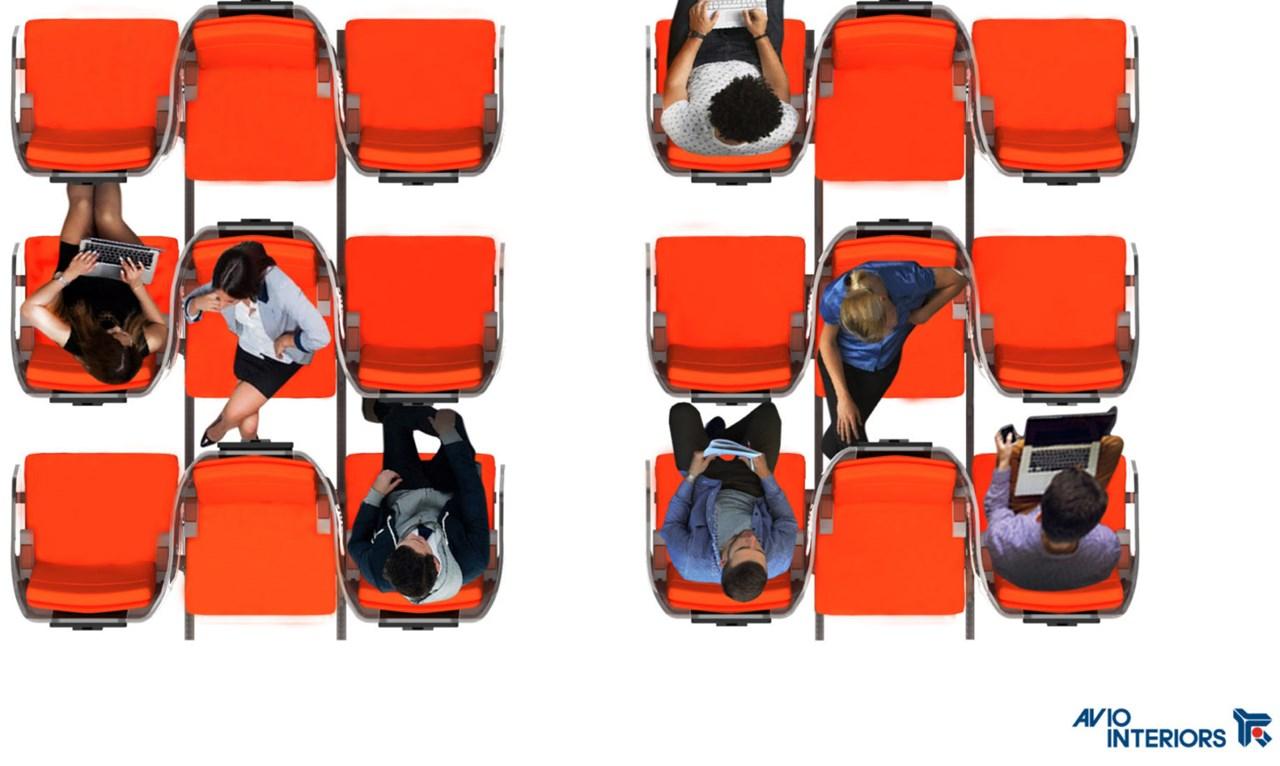 Từng chiếc ghế trong hàng được bố trí so le, đồng thời bao bọc bởi một lớp vật liệu trong suốt