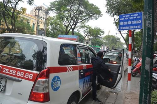 Điểm taxi đón, trả khách trên tuyến phố Lý Thường Kiệt, quận Hoàn Kiếm, Hà Nội