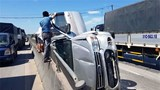 """""""Xế hộp"""" lật nghiêng trên QL1A, phá cửa xe cứu sống 3 người"""
