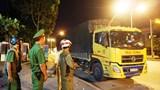 Chở hàng vượt trọng tải cho phép, tài xế cố thủ 3 giờ trong xe
