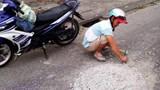 """Người đàn ông gây """"sốt mạng"""" khi đục mảng bê tông bám trên đường"""