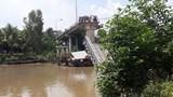 Ô tô tải rơi xuống sông sau sự cố sập cầu