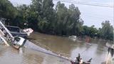 Clip: Hiện trường vụ sập cầu, xe tải và xe ba gác rơi xuống sông