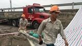 [Ảnh] Hiện trường khắc phục sự cố xe container làm vỡ đường ống nước nước sạch