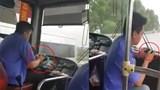 Xử phạt tài xế xe buýt sử dụng điện thoại di động khi đang điều khiển xe