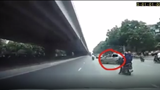 Tài xế taxi quay đầu chạy ngược chiều, bất chấp hiệu lệnh của cảnh sát giao thông