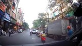 Vừa đi xe vừa nghe điện thoại, người phụ nữ suýt nằm dưới bánh xe ô tô