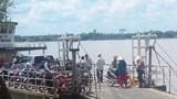 Ô tô 7 chỗ chở 3 người lao thẳng xuống sông khi qua phà