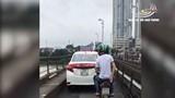 Mặc biển cấm, xe taxi vẫn thản nhiên đi trên cầu Long Biên