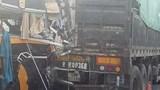 Xe khách húc đuôi xe tải trên cao tốc Nội Bài - Lào Cai