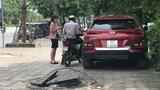 """Hố ga không nắp """"bẫy"""" người đi bộ trên phố Dương Đình Nghệ"""