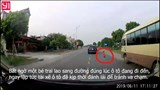 Tài xế ô tô đánh lái xuất thần cứu bé trai sang đường