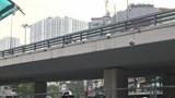 Nguy hiểm rình rập ở sân bóng tự phát dưới gầm cầu vượt Ngã Tư Sở