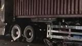 Xe máy 'kẹp ba' va vào xe container, nữ sinh lớp 10 tử vong