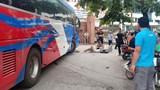 Hà Nội: Va chạm với xe khách, người đàn ông đi bộ bị cán nát một bên chân