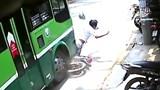 Ra đường thiếu quan sát, người đàn ông bị xe buýt húc văng