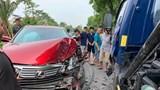 Hà Nội: Lexus nát đầu, bung túi khí khi đối đầu xe bồn