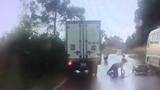 CLIP: Tài xế xe tải bẻ lái xuất thần, 2 thanh niên đi ẩu thoát nạn