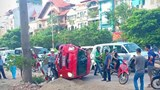 Hà Nội: Ô tô Yaris mất lái lật nghiêng, đè lên xe máy khiến 1 người bị thương