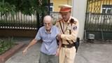 Cảnh sát giao thông Hà Nội giúp đỡ cụ ông bị nạn trên quốc lộ 21B