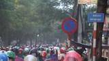 Giao thông Hà Nội hỗn loạn, người dân leo xe lên vỉa hè dưới cơn mưa lớn