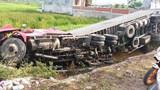 Xe container lật nghiêng dưới ruộng lúa, tài xế thoát nạn